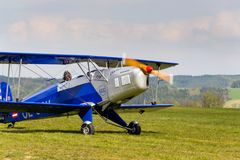 Biplan Bucker Bu-131 Jungmann produkujący pod koncesją jako Tatrzański T-131 PA na lotniskowym pasie startowym Fotografia Royalty Free