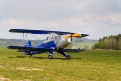 Biplan Bucker Bu-131 Jungmann produkujący pod koncesją jako Tatrzański T-131 PA na lotniskowym pasie startowym Obraz Royalty Free