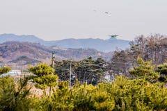 Biplan volant au-dessus de la région montagneuse Image libre de droits