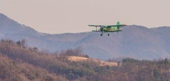Biplan volant au-dessus de la région montagneuse Photos stock
