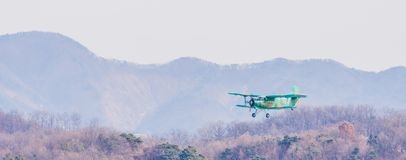 Biplan volant au-dessus de la région montagneuse Photo stock