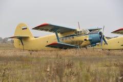 Biplane είναι στο tarmac στοκ εικόνα