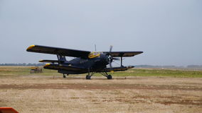 Biplane που προετοιμάζεται για την απογείωση απόθεμα βίντεο