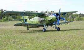 Biplane An-2 (Antonov) på flygplatsen Royaltyfria Bilder