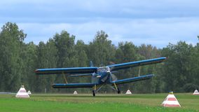 Biplane Antonov στο airshow φιλμ μικρού μήκους