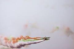 Biplanflyg på Aero Indien Royaltyfri Fotografi