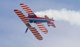 Biplano aeroacrobacia del vintage con Wing Walker Imagen de archivo libre de regalías