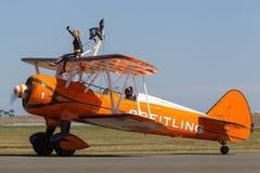 Biplano de Boeing Stearman do vintage do Breitling Wing Walkers fotos de stock royalty free