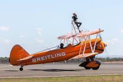 Biplano de Boeing Stearman do vintage do Breitling Wing Walkers fotografia de stock