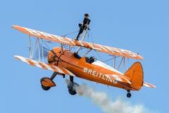 Biplano de Boeing Stearman do vintage do Breitling Wing Walkers imagens de stock
