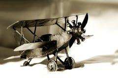 Biplano do brinquedo do vintage (sepia) Imagem de Stock