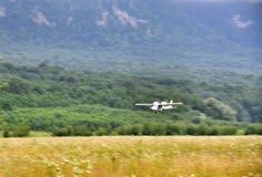 Biplano en el campo de aviación fotografía de archivo