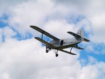 Biplano en el cielo Imagenes de archivo