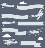 Biplanos con la bandera ondulada de los saludos stock de ilustración