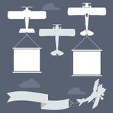 Biplanos del vuelo con la bandera de los saludos fotos de archivo libres de regalías