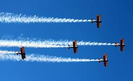 Biplans de l'armée américaine dans la démonstration au-dessus du Prescott, Arizona images stock