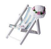 Biquini e chapéu na cadeira de praia isolada no fundo branco com Fotos de Stock