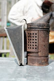 Birökare En apparat som sänder ut rök för att underkuva bin i en bikupa Royaltyfria Foton