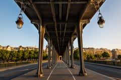 Bir-Hakeim bro i morgonen, Paris arkivfoto