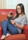 biracial выпивая женщина вина чтения сексуальная стоковая фотография rf