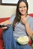 biracial есть женщина попкорна сексуальная стоковая фотография