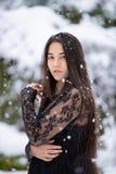 Biracial предназначенная для подростков девушка на открытом воздухе в зиме наслаждаясь снежностями стоковые фотографии rf
