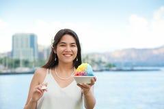 Biracial предназначенный для подростков лед бритья удерживания девушки в Waikiki, Гонолулу, Hawai Стоковая Фотография