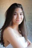 Biracial предназначенная для подростков девушка в белой мантии, пересеченных оружиях стоковая фотография rf