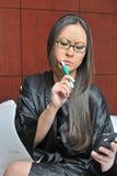 biracial чистя щеткой сексуальная женщина зубов стоковое изображение rf