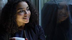 Biracial Afrikaanse Amerikaanse Tiener Gebruikend Celtelefoon voor Sociale Media en Drinkend Koffie stock video