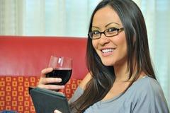 biracial dricka sexig winekvinna för avläsning Royaltyfria Bilder