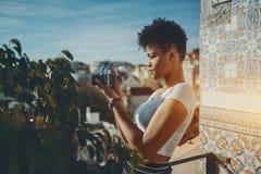 Biracial dziewczyna używa retro fotografii kamerę Obrazy Royalty Free