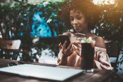 Biracial kvinnlig med smartphonen fotografering för bildbyråer