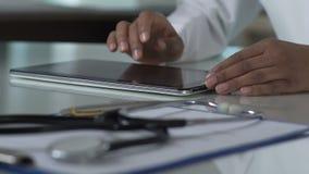 Biracial lekarz prowadzi online konsultację dla pacjentów, używać pastylkę zbiory