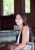 Biracial nastoletni dziewczyny czekanie w linii przy kawiarnia kontuarem Zdjęcia Stock