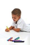 biracial pojkefärgläggning royaltyfri bild