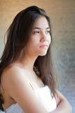 Biracial tonårig flicka i den vita kappan, korsade armar Fotografering för Bildbyråer