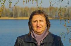 birc围拢的一名中年妇女的画象 免版税图库摄影