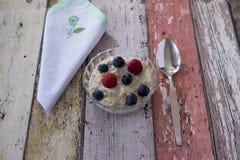 Bircher mysli i den glass maträtten med servetten och skeden arkivbild