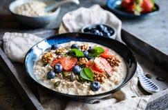 Bircher mysli med jordgubbar, blåbär, chiafrö, valnötter, solrosfrö och pumpafrö royaltyfria foton