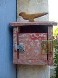 bird figured an old mailbox Royalty Free Stock Images