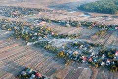 Bird's-eye Ansicht des Dorfs am Sonnenaufgang Stockfotos