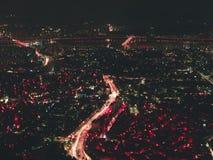 Bird& x27 ; vue d'oeil de s d'une ville dans les couleurs au néon illustration stock
