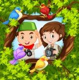 Bird-watching con il ragazzo e la ragazza Immagine Stock