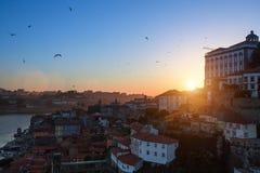 Bird& x27; oko widok Ribeira i Douro rzeka przy półmrokiem, Porto Zdjęcia Stock