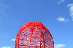 Birdcage de vime vermelho fotografia de stock