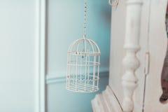 Birdcage w wewnętrznych jaskrawych pokojach obrazy stock
