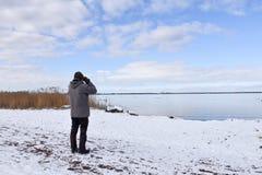 Birder побережьем в сезоне зимы стоковое фото