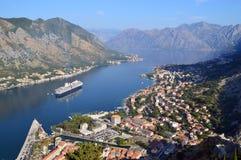 Birdeyemening van de stad van Kotor en Kotor-baai Stock Foto's