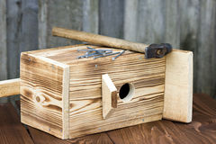 Birdhouse για τα πουλιά στο ξύλινο υπόβαθρο Στοκ Φωτογραφία